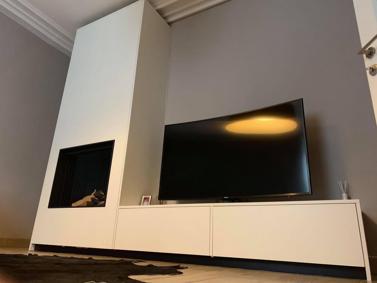 Découvrez notre conception d'un mobilier sur mesure autour d'un foyer gaz Kalfire Fireplaces.